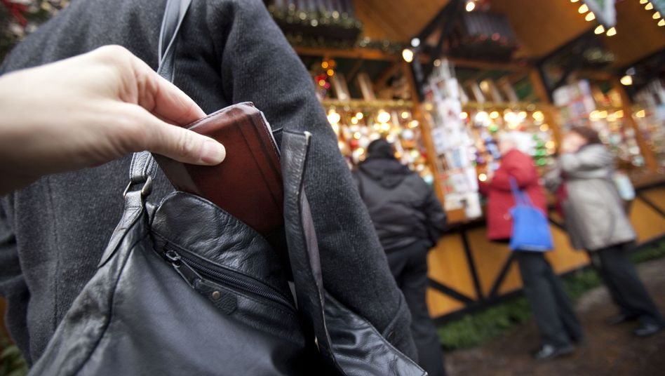 Taschendieb bei der Arbeit: Im Urlaub lauern noch mehr Abzock-Tricks