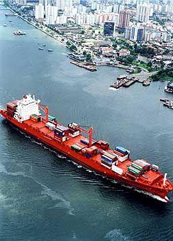 Frachter unterwegs von Hafen zu Hafen