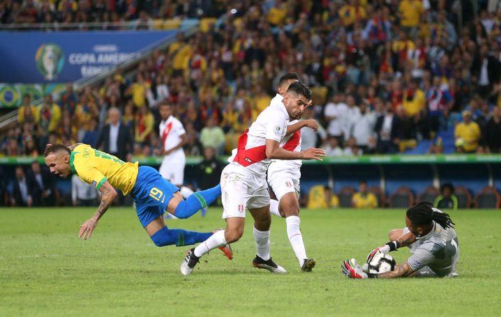 Carlos Zambrano (Mitte) verursachte kurz vor Schluss den Elfmeter, der zum Endstand führte