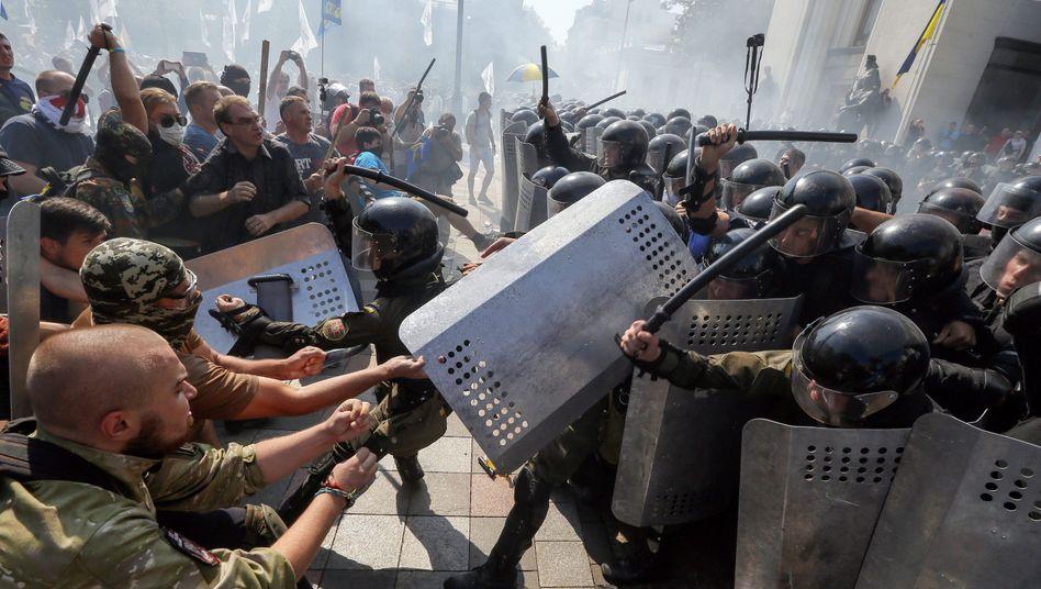 Gewalttätiger Protest vor dem Parlament in Kiew (August 2015)