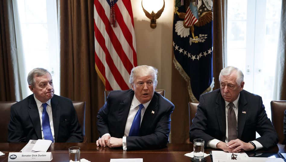 Donald Trump mit Senator Dick Durbin (l.) und dem Abgeordneten Steny Hoyer