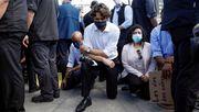 Kanadas Premier kniet vor Demonstranten nieder