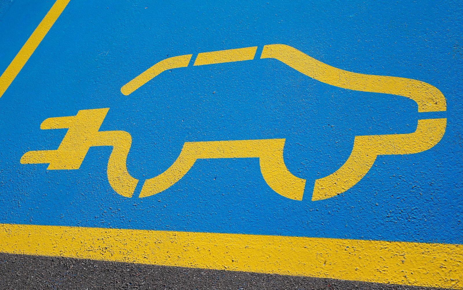 Foto Manuel Geisser 18.6.2020 : Ladestation f¸r Elektroautos *** Photo Manuel Geisser 18 6 2020 Charging station for ele