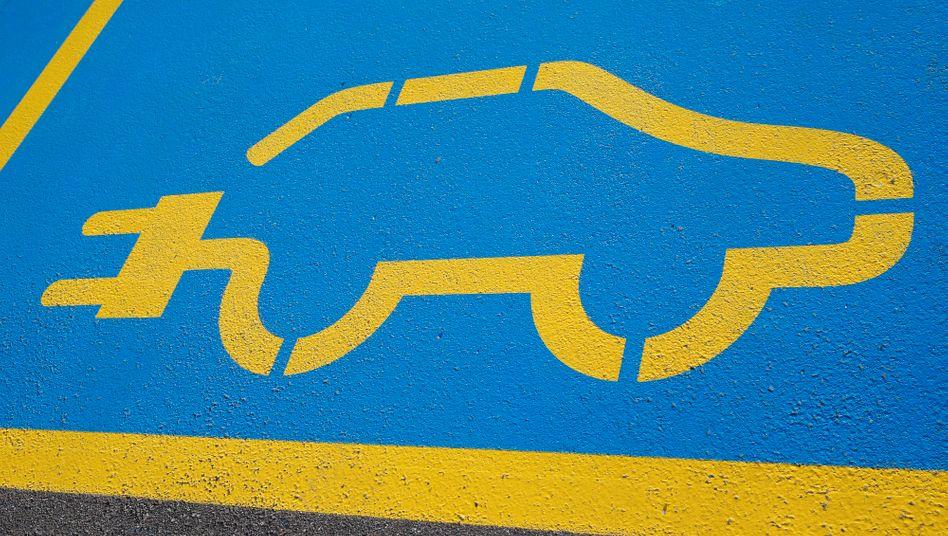 Vorfahrt Elektroauto: Auf den Straßen sind Parkflächen zunehmend für die Stromer reserviert - die Politik fördert sie zudem mit Kaufprämien und Steuervorteilen