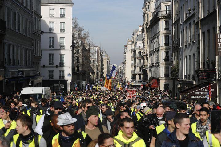 Menschen nehmen in Paris an einer «Gelbwesten»-Demonstration teil.