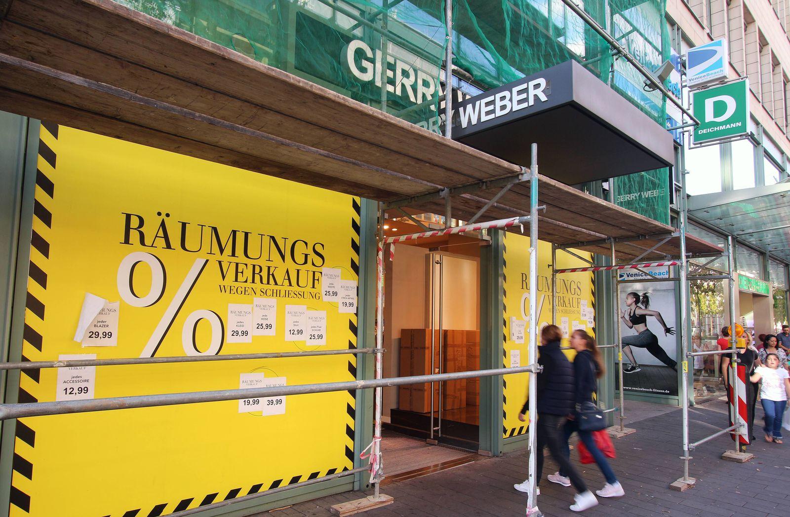 R‰umungsverkauf wegen Schlieflung einer mit Bauger¸st und Schutzplane versehenen Gerry Weber Filiale in der Innenstadt M