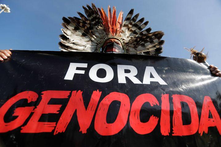 Präsident Bolsonaro nannte Corona »eine kleine Grippe«. Die Demonstranten bezeichnen seine Politik als »Völkermord«