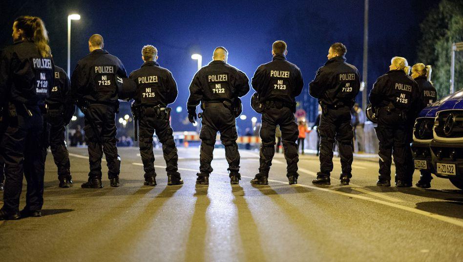 Polizisten in Hannover (am 8. November): Ausschreitungen beim Derby