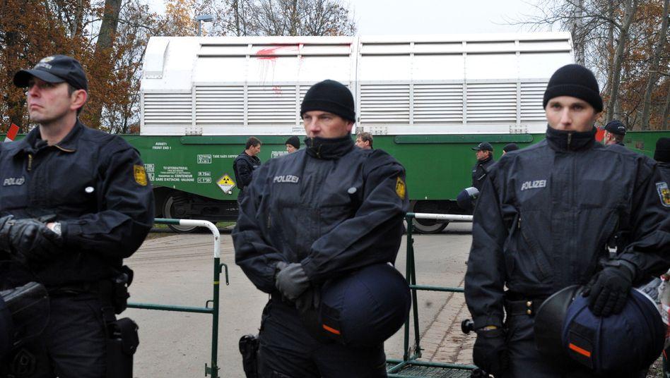 Polizisten sichern einen Castor-Transport auf dem Weg ins Zwischenlager in Gorleben (Foto von November 2010)