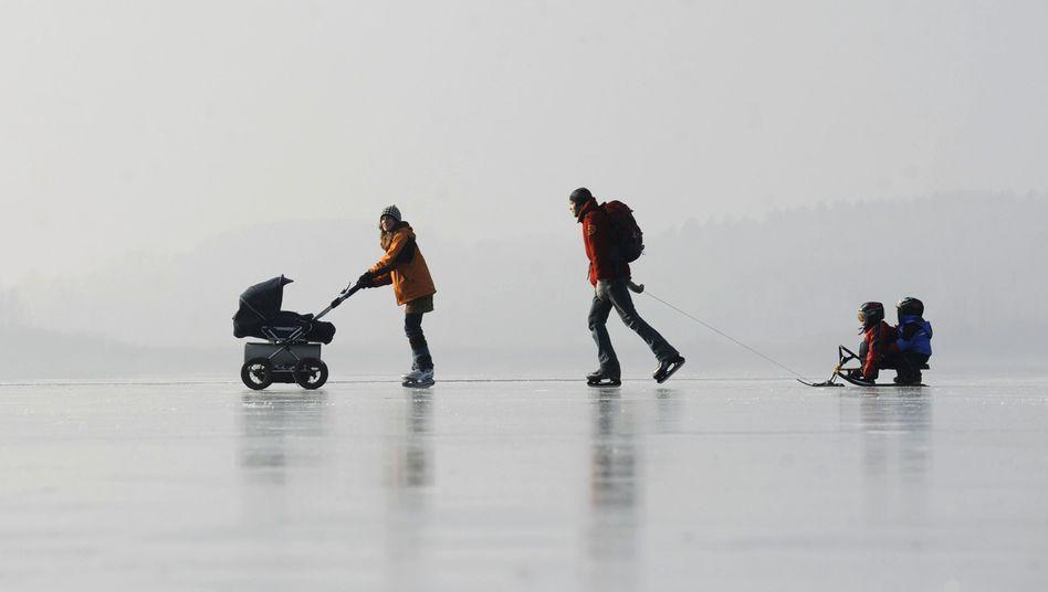 Familie beim Schlittschuhlaufen: Kindergeld und Kinderfreibetrag steigen
