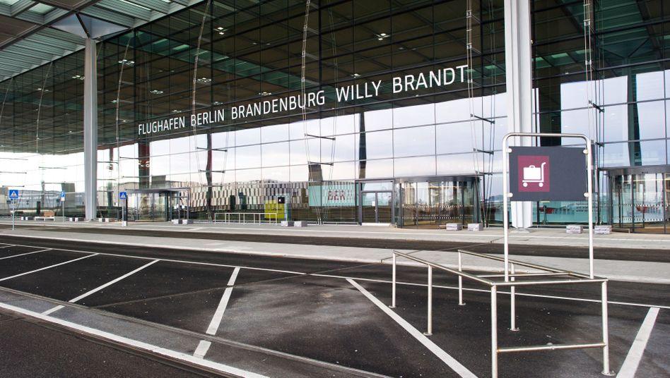Menschenleerer Terminal des Hauptstadtflughafens Berlin-Brandenburg: Der Bau wird noch einmal teurer