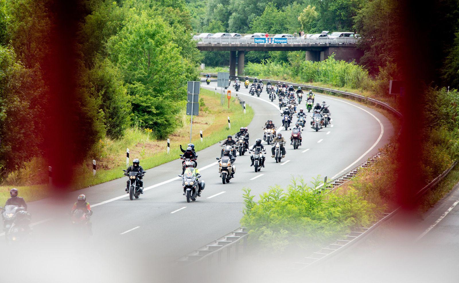 Motorradfahrer demonstrieren gegen schärfere Gesetze