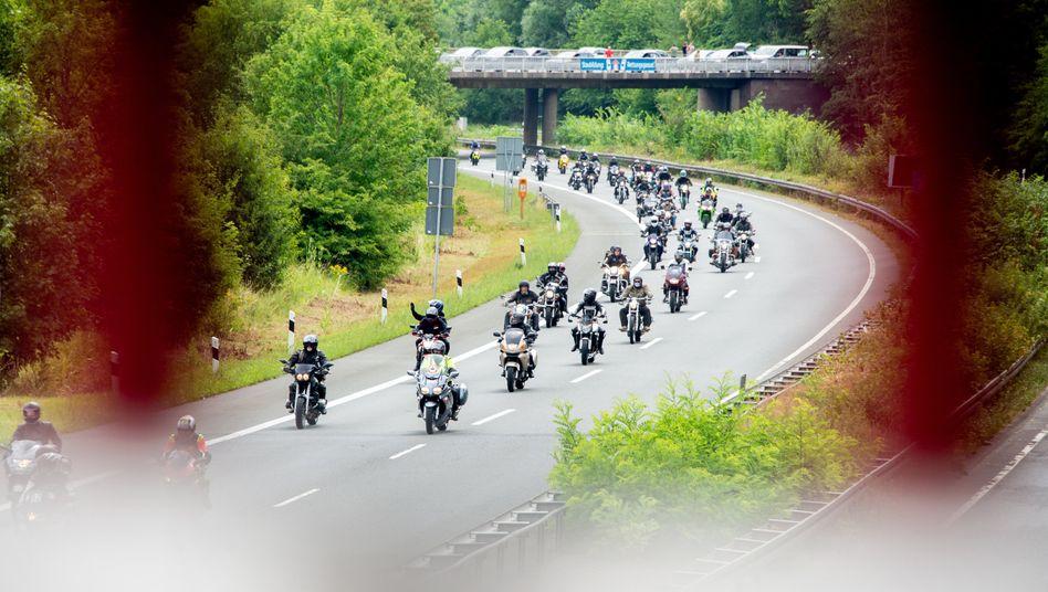 Motorradfahrer demonstrieren vielerorts wie hier auf der A37 im Süden von Hannover gegen mögliche Einschränkungen wie Fahrverbote