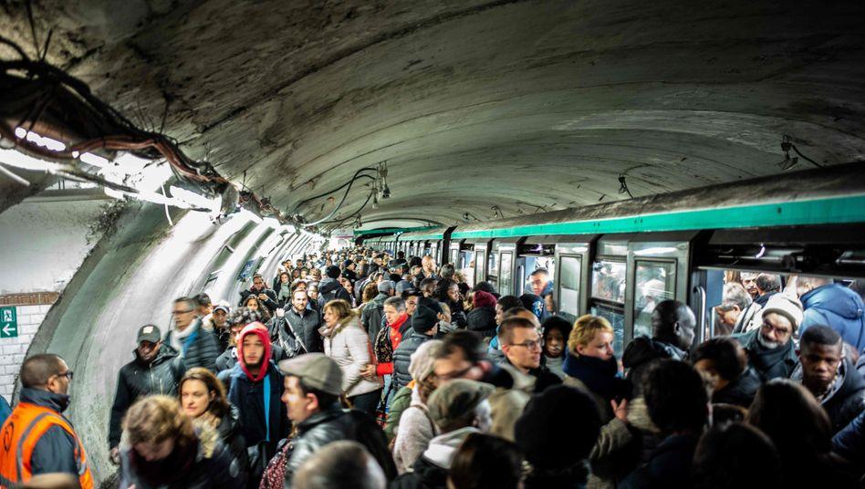 Dezember in Pariser U-Bahn: Wahrscheinlich hatte das neuartige Coronavirus Frankreich da schon erreicht