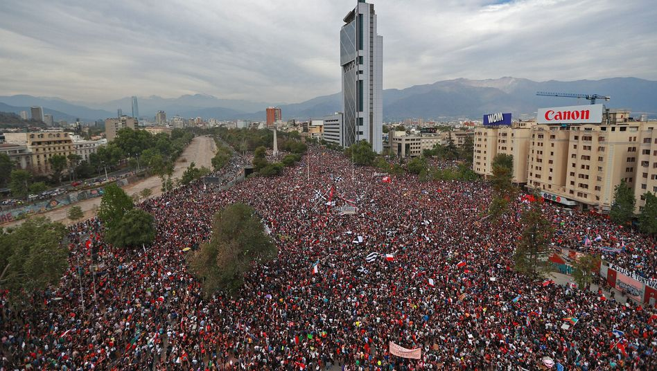 """Großdemonstration gegen die Regierung in Santiago de Chile: """"Wut und Empörung"""", die sich laut der Bürgermeisterin seit Jahren aufgestaut hat"""