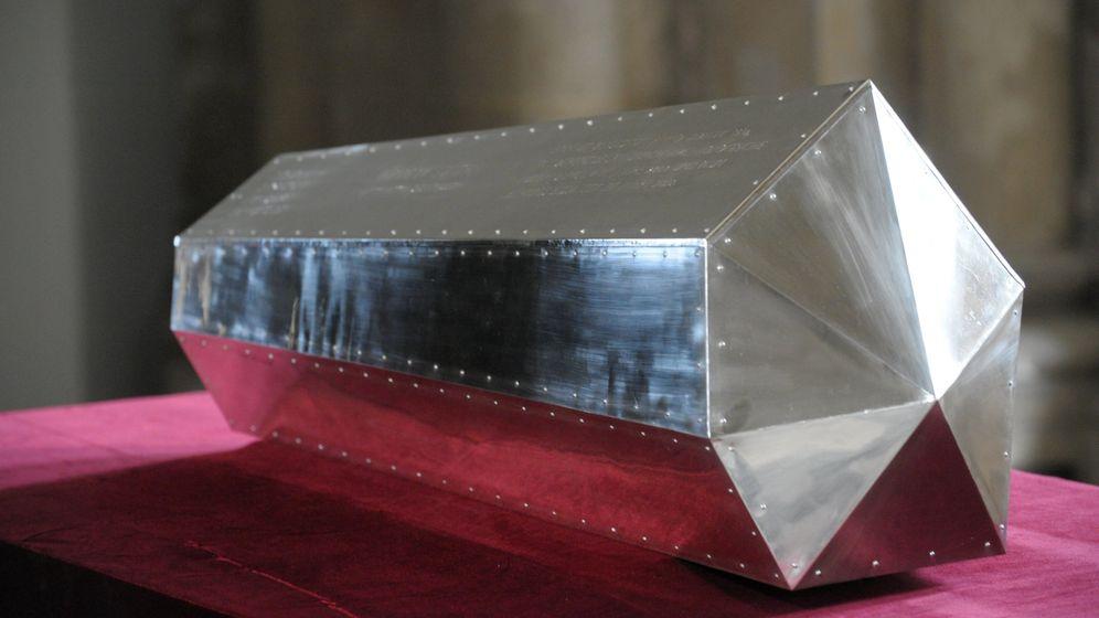Feierliche Bestattung: Neuer Sarg für Königin Editha