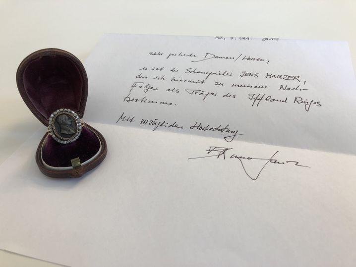 Der Iffland-Ring mit einem von Bruno Ganz handschriftlich verfassten Brief, der Jens Harzer als seinen Nachfolger bestimmt