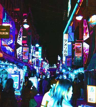Tokios zentral gelegener Stadtteil Ueno bei Nacht