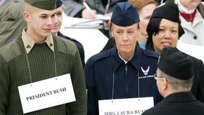 Alarmstufe eins: Bush-Fest mit Pomp und Waffen