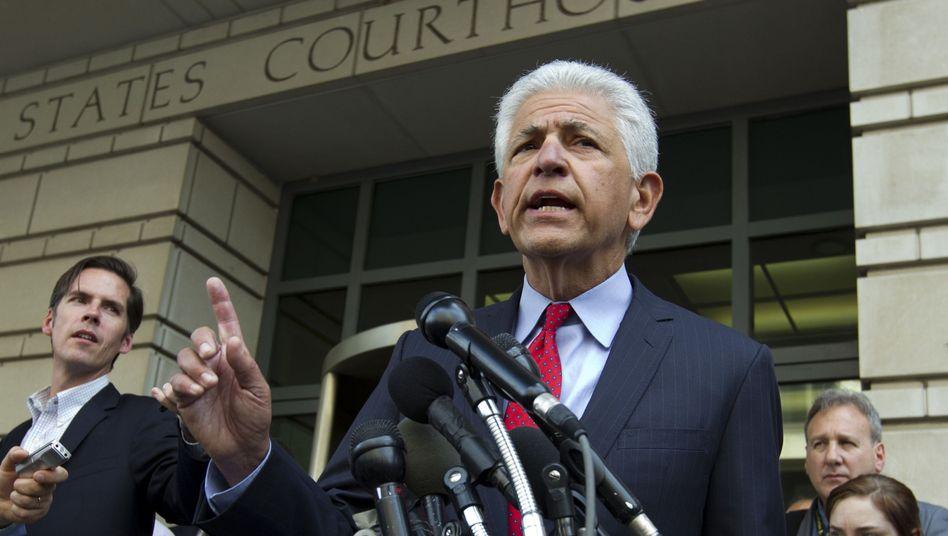AT&T-Anwalt Daniel Petrocelli vor dem Gerichtsgebäude in Washington