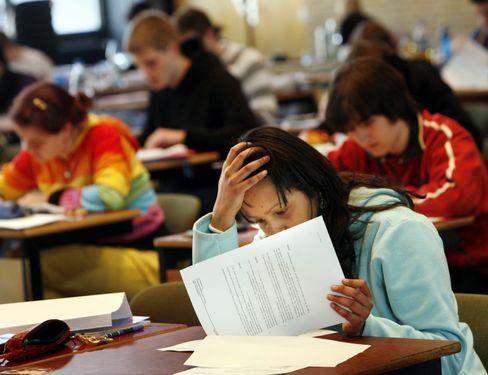 Abiturienten bei Prüfung (Archiv): Was ist eigentlich eine Aktie?