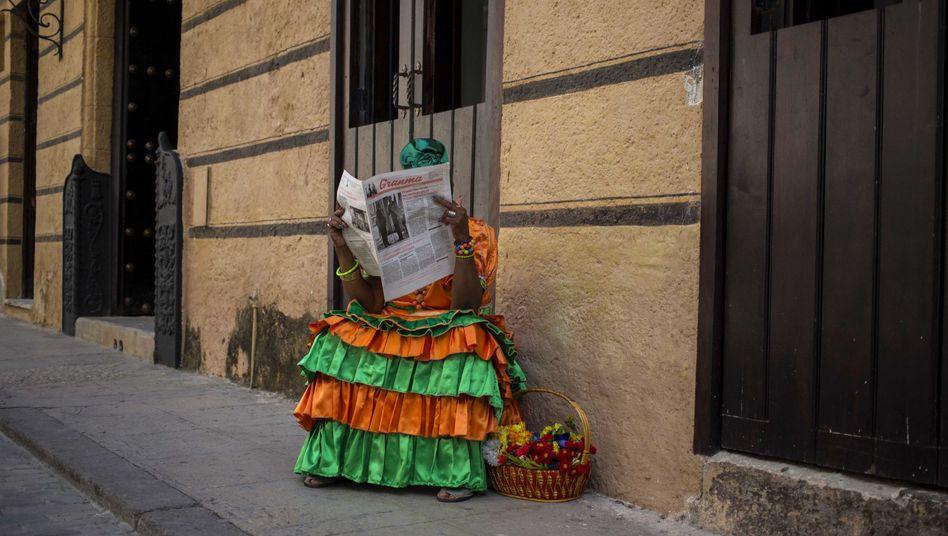 """Eine Frau in Havanna liest """"Granma"""""""