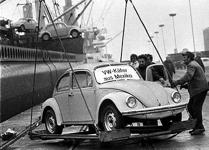 Ankunft der ersten Mexikaner: Die ersten in Mexiko produzierten VW Käfer wurden im Dezember 1977 im Hafen von Emden entladen