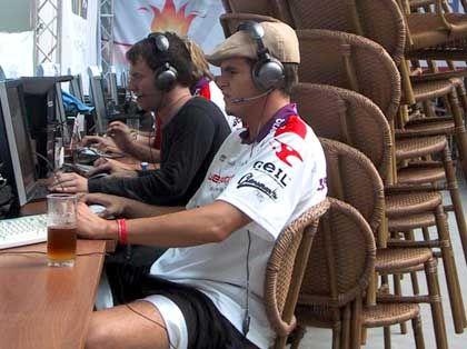 Turnier-Gamer: Improvisierter Sonnenschutz aus Stühlen