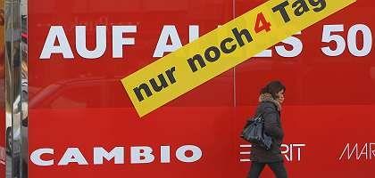 Werbebanner eines Berliner Geschäftes: Politik muss Kaufkraft der Bevölkerung stärken