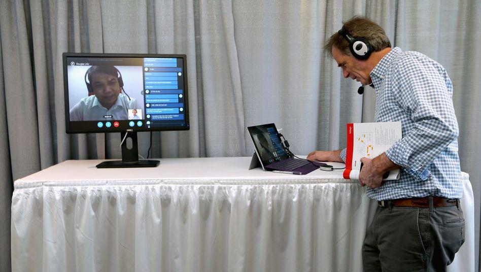 Technikdemonstration: Ein Amerikaner nutzt den Skype Translator für ein Gespräch mit einem Chinesen