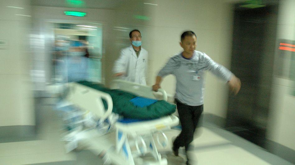 Krankenhaus in Hanzhong: Mediziner kümmern sich um verletzte Kinder