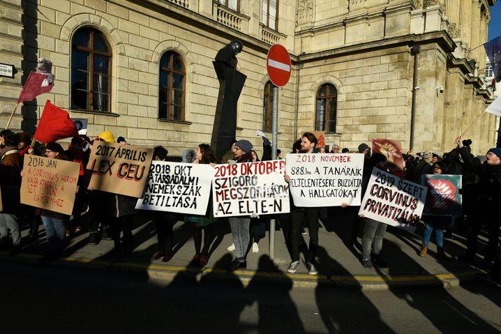 Demonstration vor der Ungarischen Wissenschaftsakademie