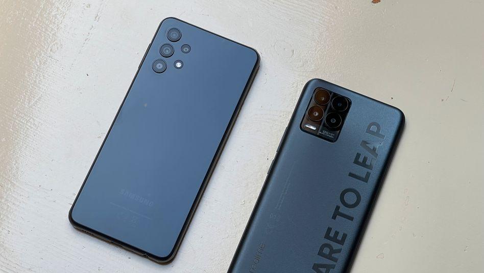 Samsungs Galaxy A32 G (l.) und das Realme 8 Pro