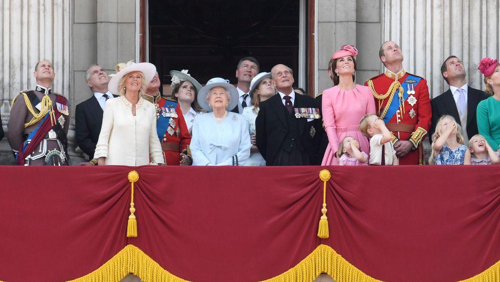 """""""Trooping the Colour"""": Die Queen feiert und trauert"""
