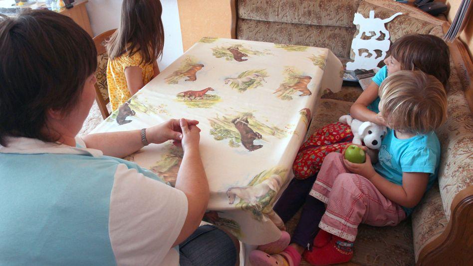 Mutter mit Töchtern in Schwerin: 45 Prozent der Kinder in Hartz IV wachsen bei einem Elternteil auf