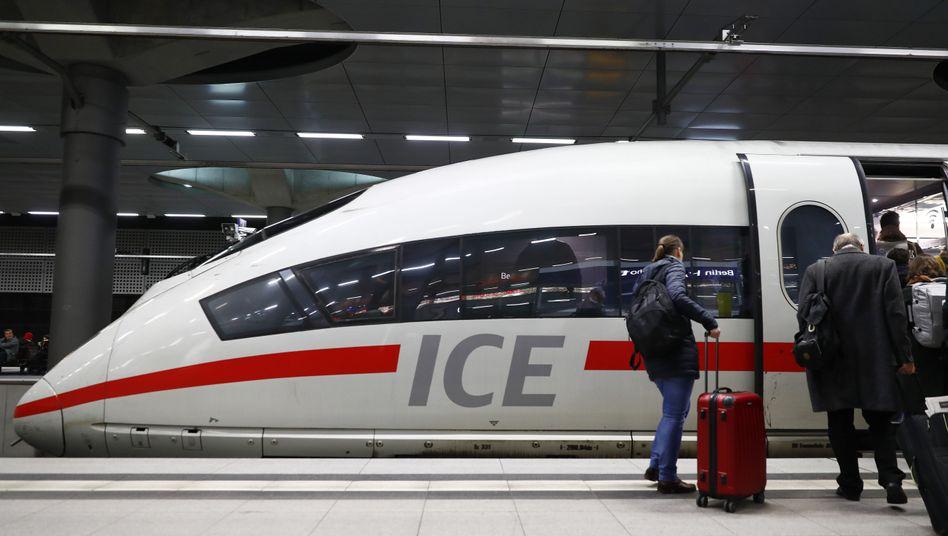 Bahnfahrt im ICE: Fernverkehr wird günstiger