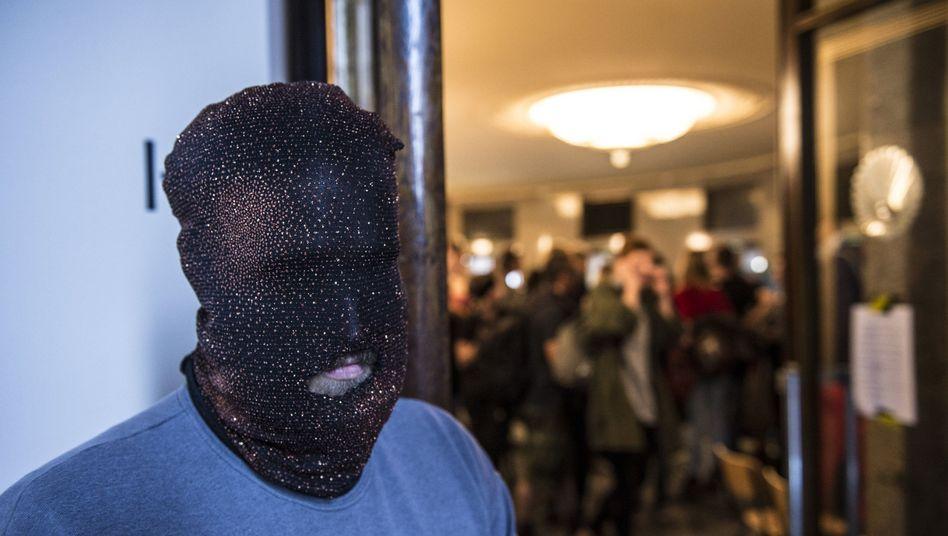 Maskierter Aktivist in der Berliner Volksbühne.