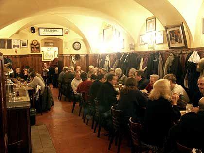 """Hier trinken die Weltmeister: Das Bierlokal """"U tygra"""" ist eines von rund 1300 Bierlokalen in Prag"""