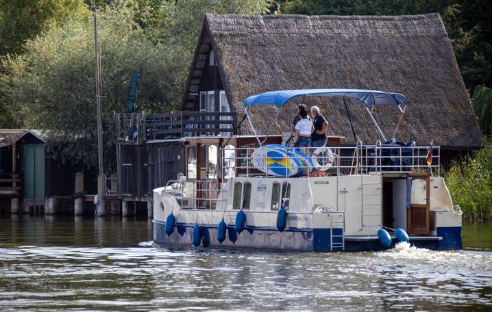 Weil viele Urlauber in Deutschland bleiben, sind viele Hausboot-Verleiher derzeit ausgebucht
