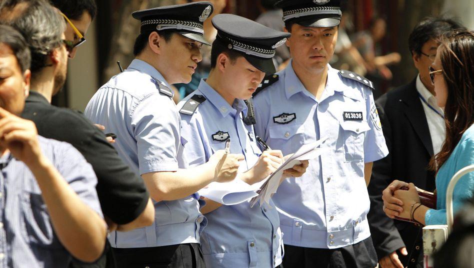 Chinesische Polizisten kontrollieren Journalisten: Gespannte politische Lage in Peking