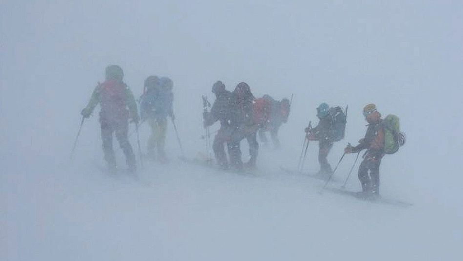 Tourteilnehmer auf der Haute Route am 29. April: Sie suchen einen Weg zur Hütte, aber da ist kein Weg