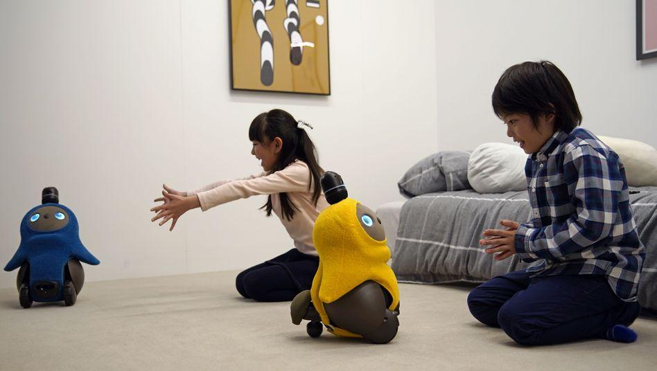 Kinder mit Robotern (Symbolbild)