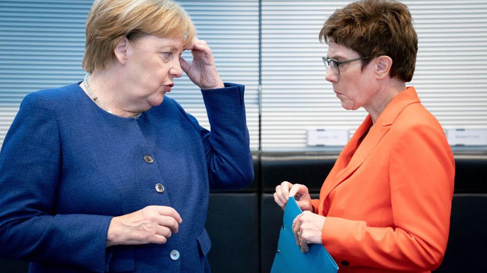 Kanzlerin Merkel, CDU-Chefin Kramp-Karrenbauer: Die Grundrente könnte doch noch zum Parteitagsthema werden