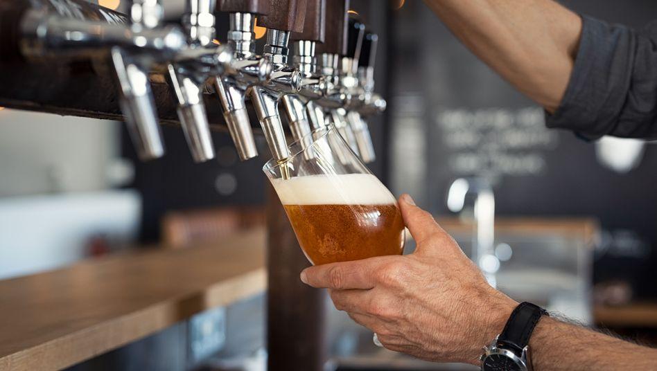 Das extreme Verlangen nach Bier bei einer Alkoholsucht ist auch erlernt - hier könnte das Narkosemittel Ketamin helfen