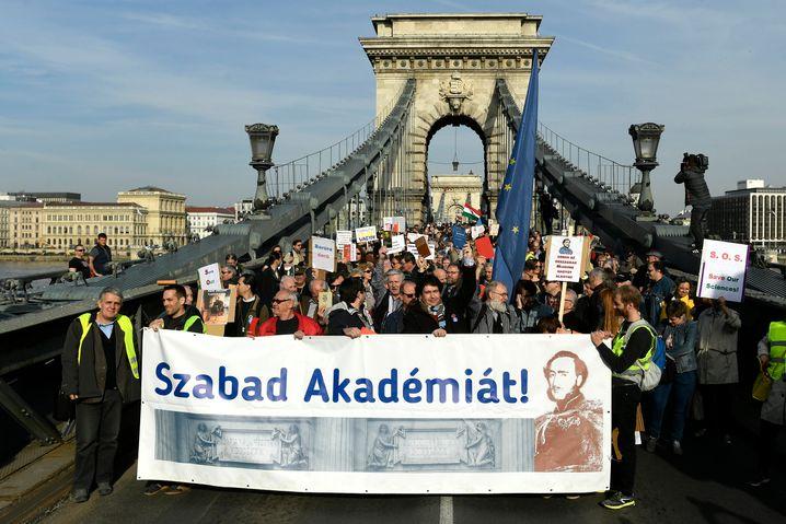 Protest gegen die Neuorganisation der ungarischen Akademie der Wissenschaften
