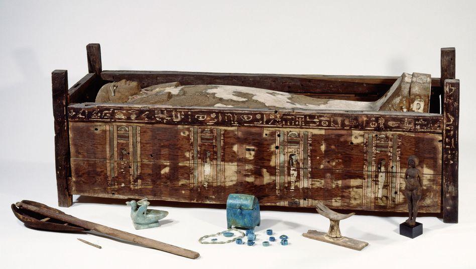 Untersuchte Mumie: Pfostensarg der Tadja, ein jung verstorbenes Mädchen, das in Abusir el-Meleq bestattet wurde.