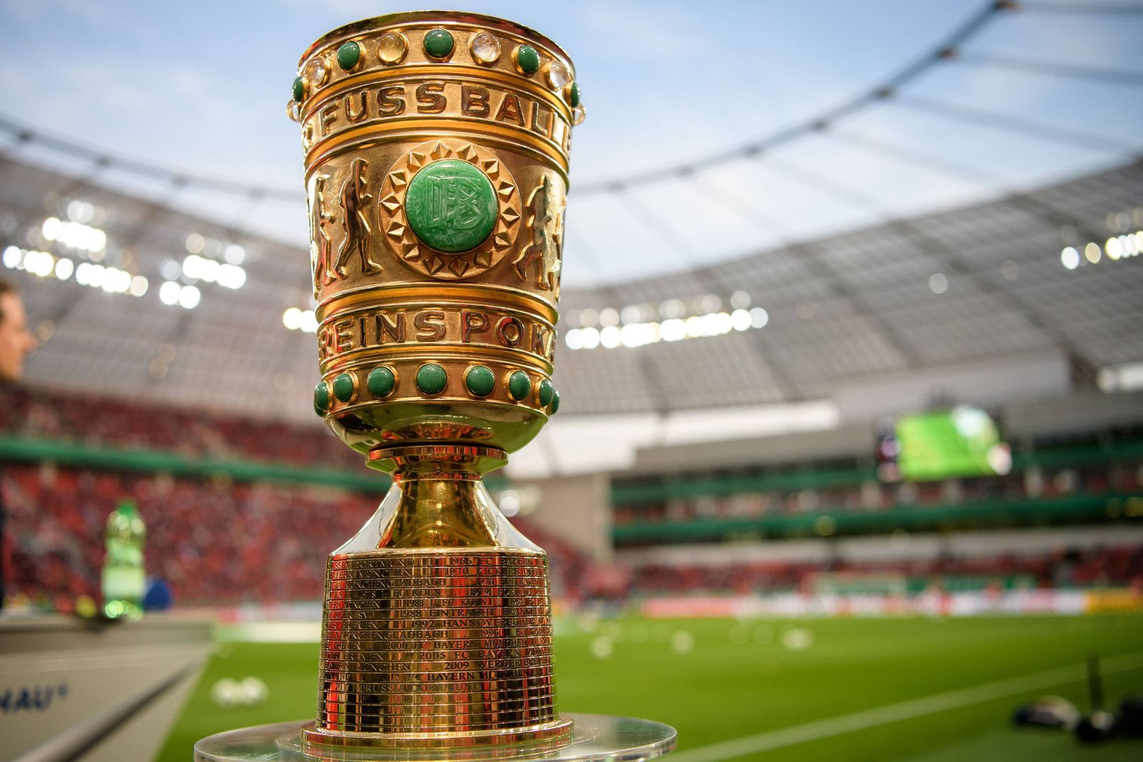 Bayer 04 Leverkusen vs FC Bayern München, Fussball DFB Pokal Halbfinale, 17.04.2018 Pokal vor dem Halbfinalespiel zwisc
