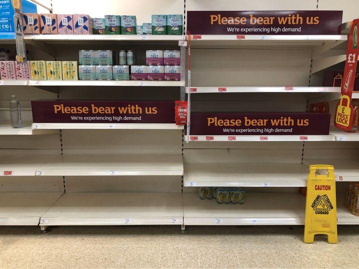 Weil viele Bedienstete in Quarantäne mussten, blieben in England und Wales zeitweise die Supermarktregale leer