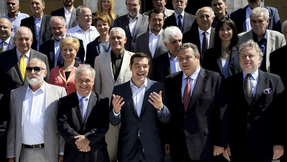 Ministerpräsident Tsipras mit seiner Regierung: Einsparungen um bis zu zwei Milliarden Euro