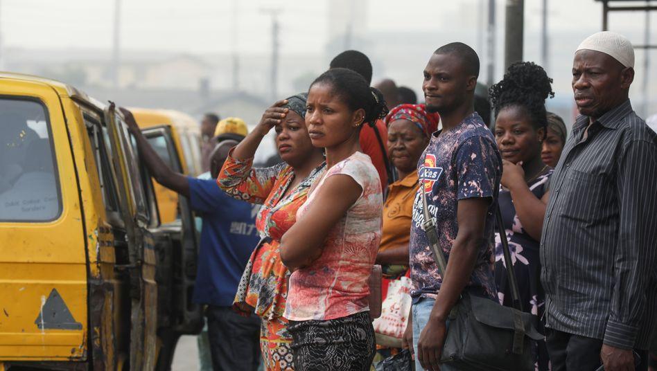 Nahverkehr in der Wirtschaftsmetropole: Einwohner von Lagos warten auf Minibusse
